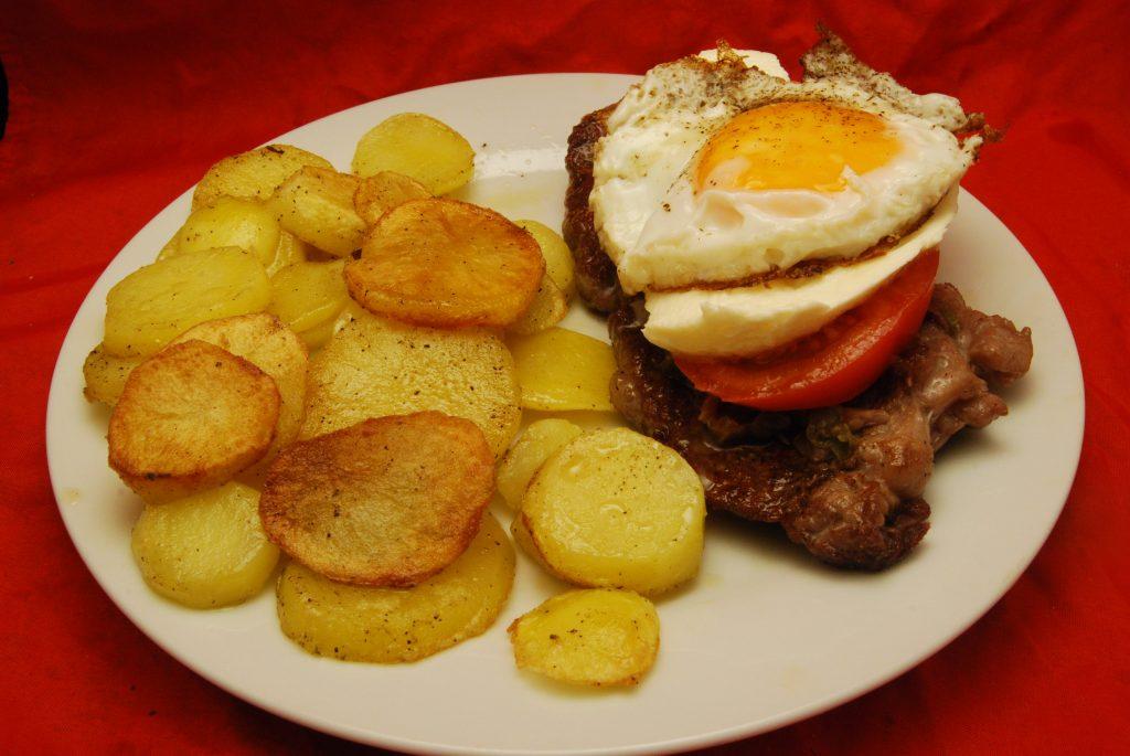 Belegtes Rumpsteak mit Bratkartoffeln