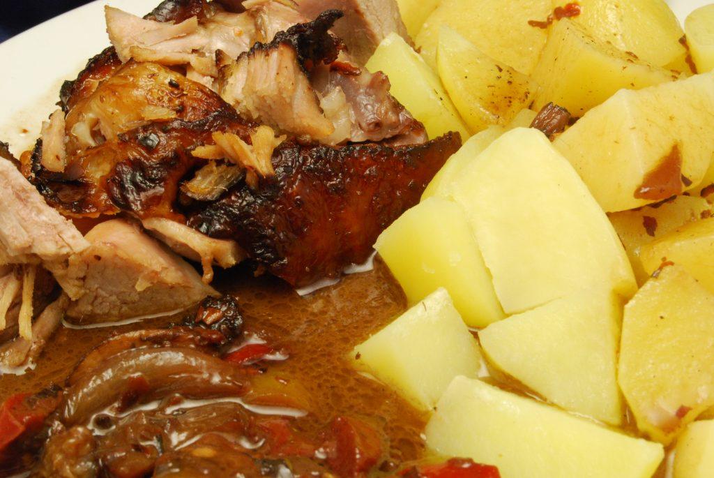 Putenoberkeule mit Paprika-Champignons-Gemüse und Salzkartoffeln
