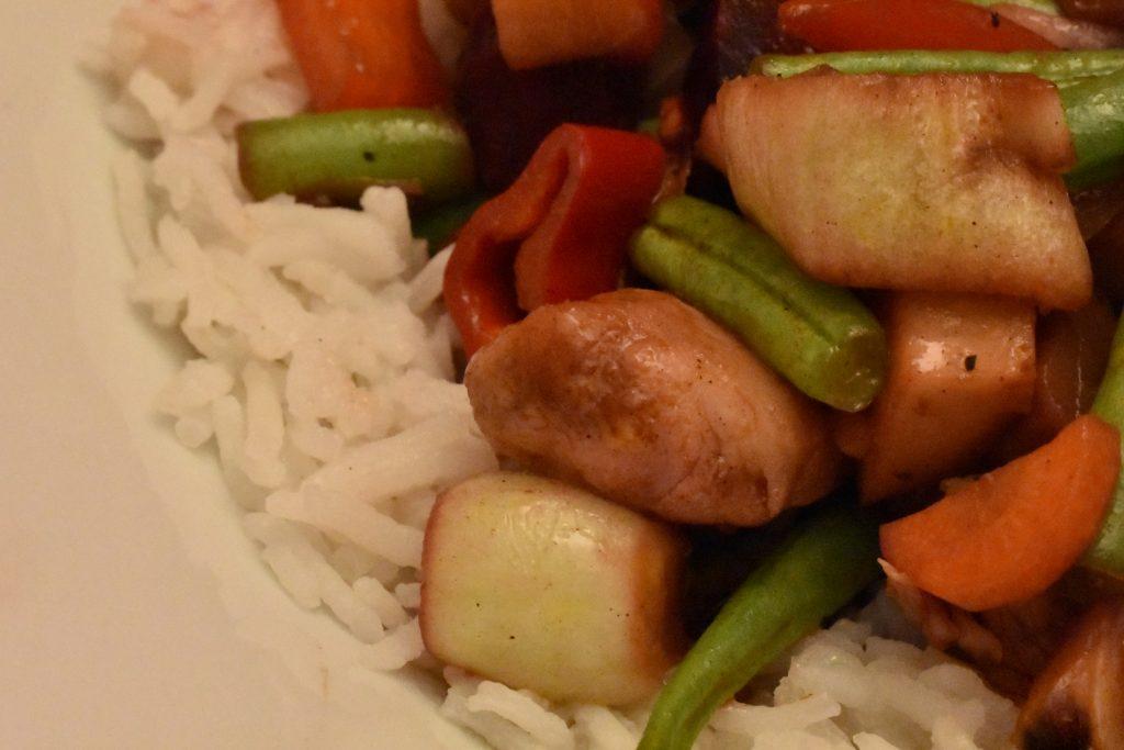 Hähncheninnenbrustfilets mit Gemüse asiatisch
