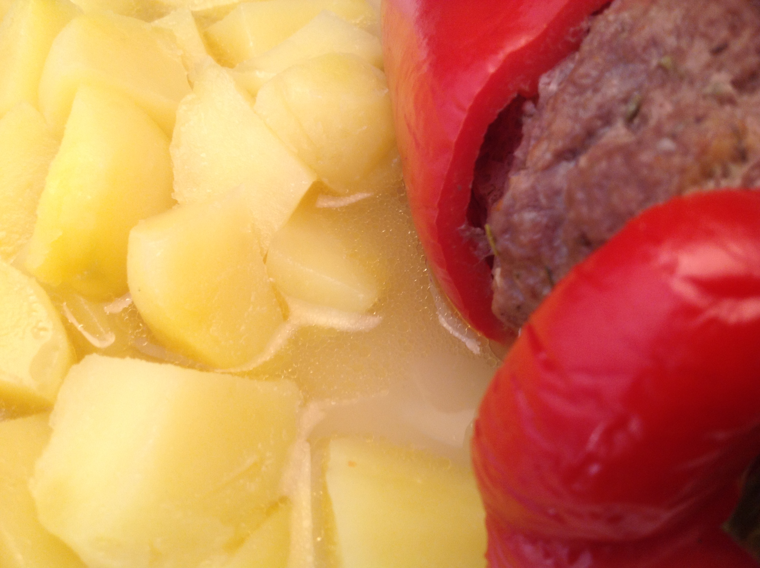 Gefüllte Paprika-Schoten mit Salzkartoffeln in Rießling-Sauce