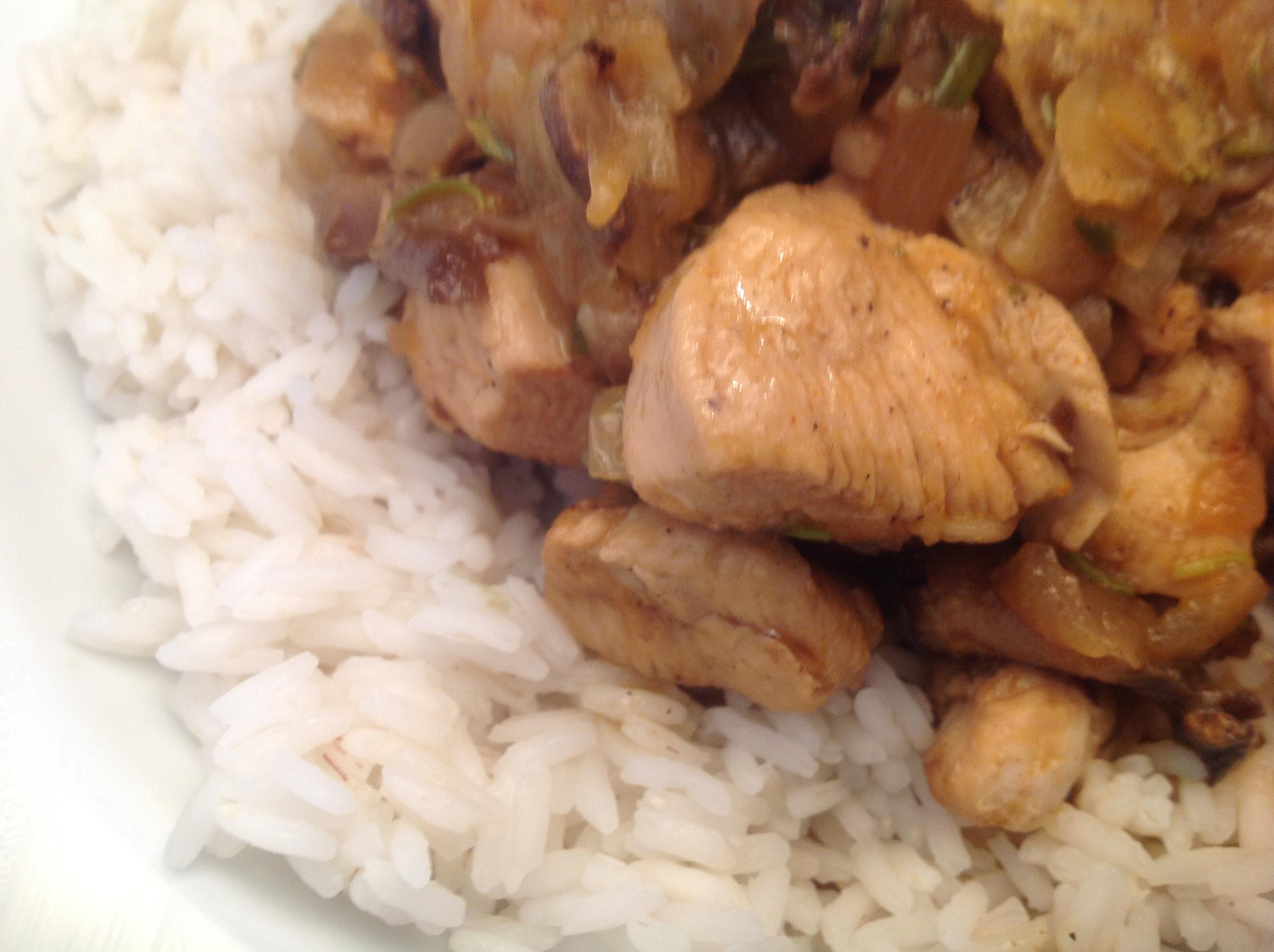 Schweinefleisch mit Champignons und Zwiebeln in Hoisin-Sauce und Reis