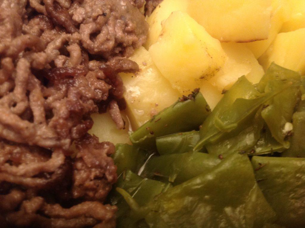 Haschee mit Bohnen und Salzkartoffeln