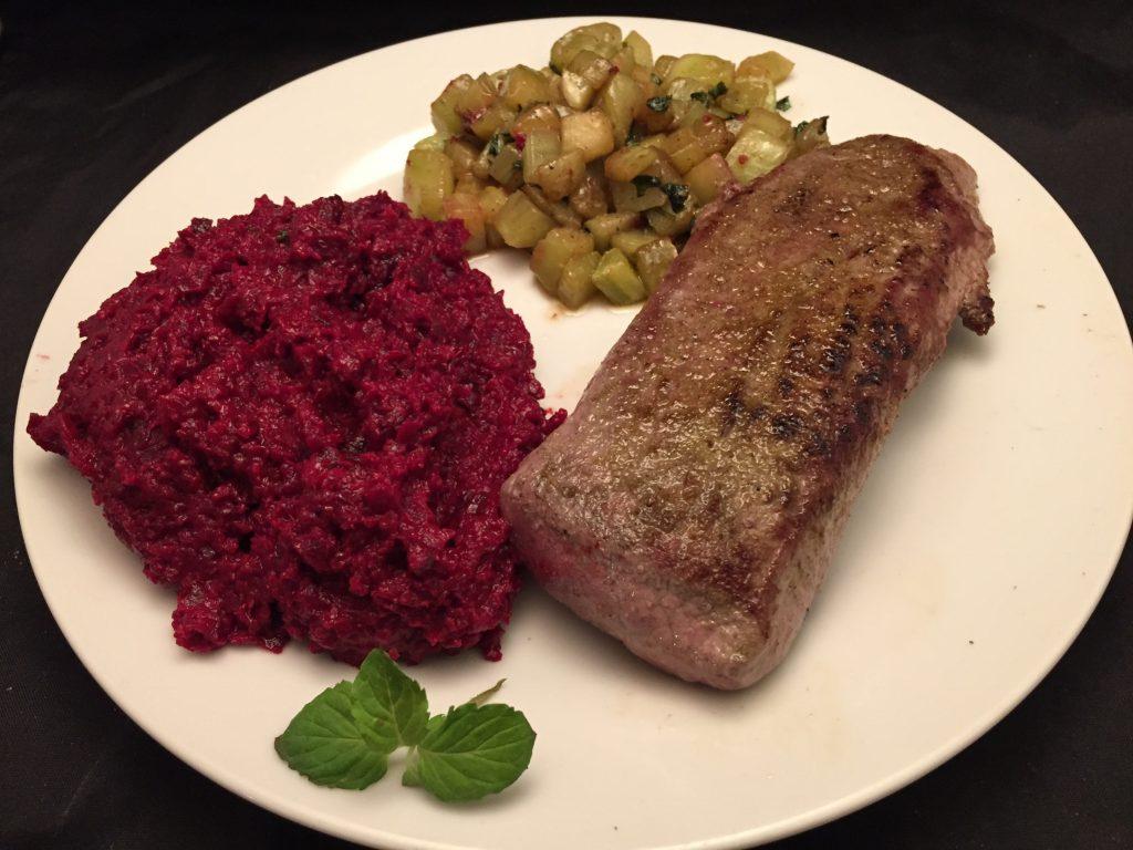 Lammlachse mit Gurken-Gemüse und Rote-Beete-Kartoffel-Püree
