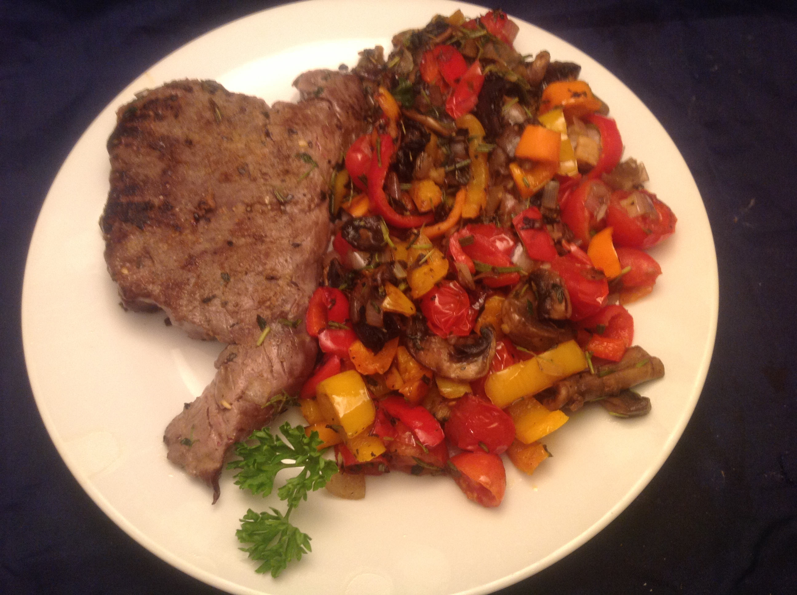 Rumpsteak mit mediterranem Sommer-Gemüse
