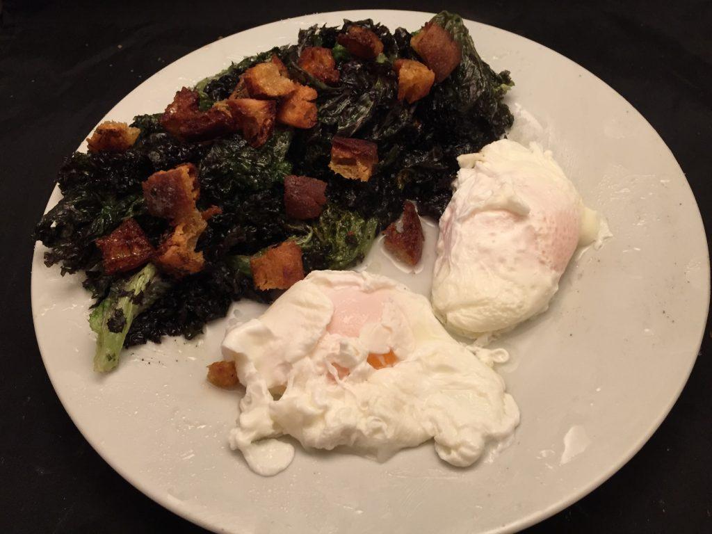 Frittierter Salat mit Croutons und pochierten Eiern