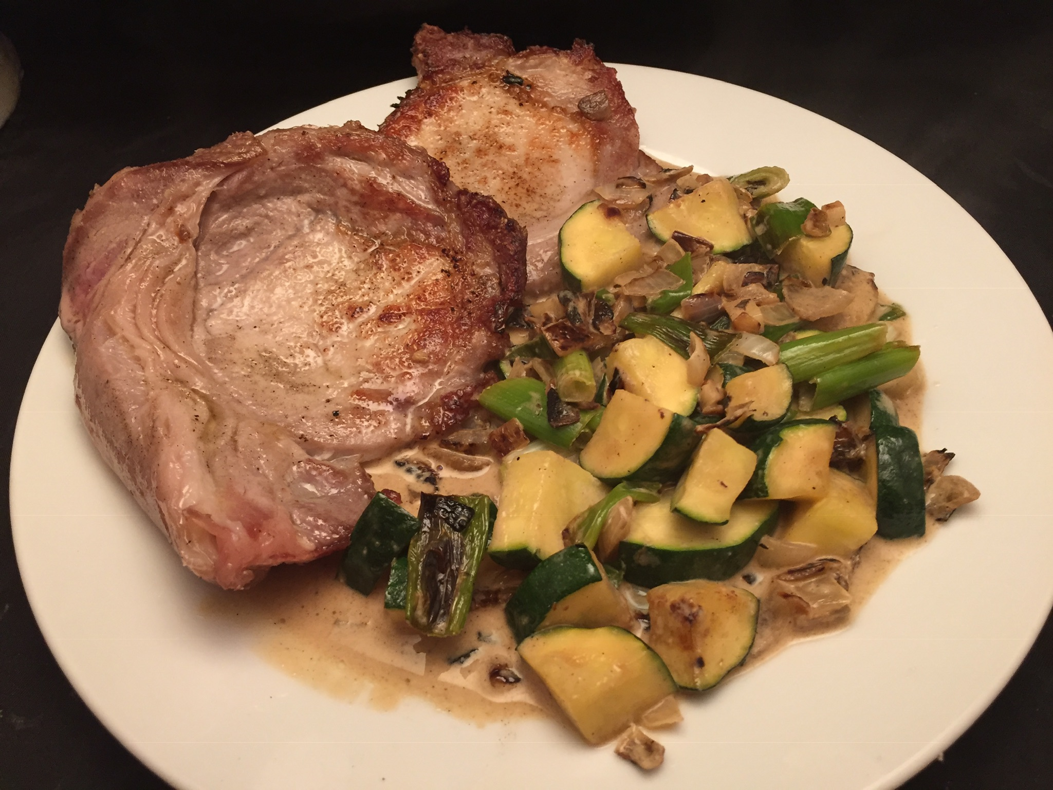 Schweine-Koteletts mit Zucchini-Rahm-Gemüse