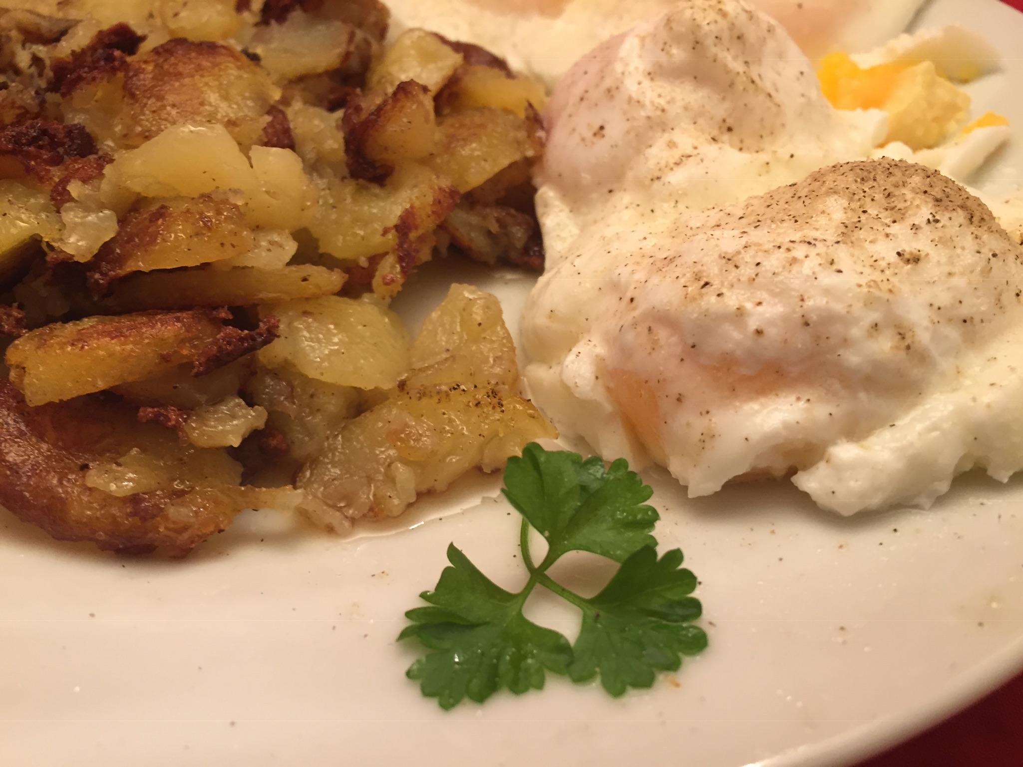 Pochierte Eier mit Bratkartoffeln