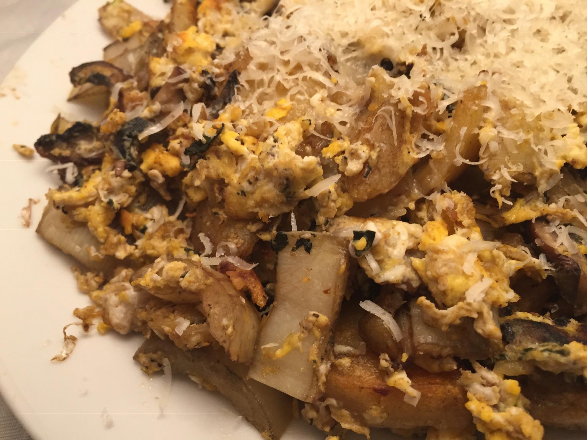 Gebratene Kartoffelklöße mit Gemüse und Eiern