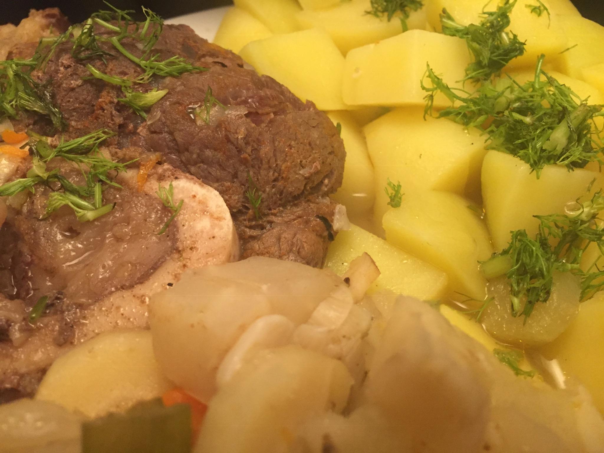 Beinscheibe mit Gemüse und Salzkartoffeln