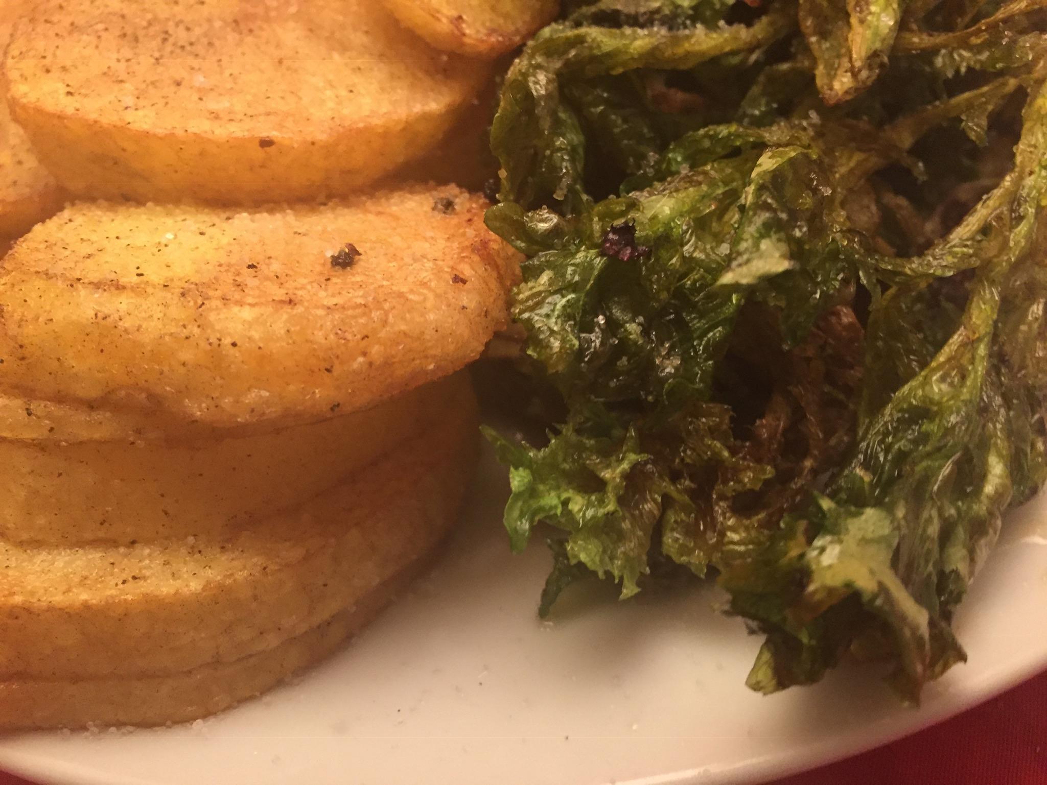 Frittierter Multicolor-Salat mit Bratkartoffeln