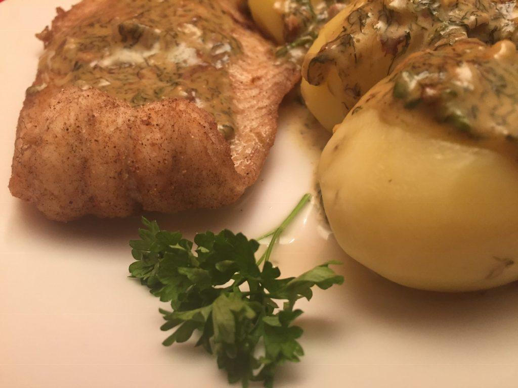Frittiertes Welsfilet mit Salzkartoffeln in Sahne-Dill-Sauce