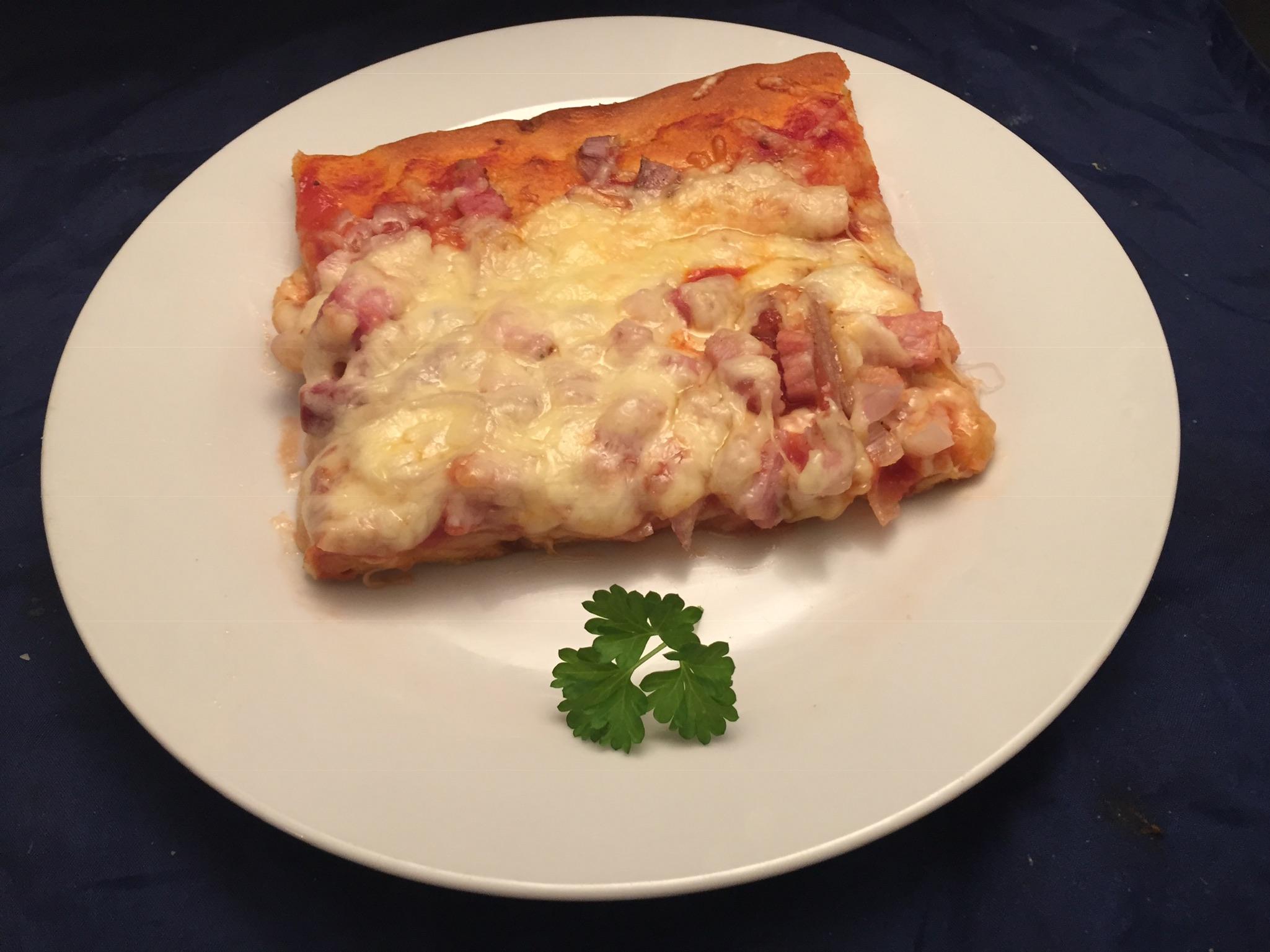 Pizza mit Schalotten und Speck