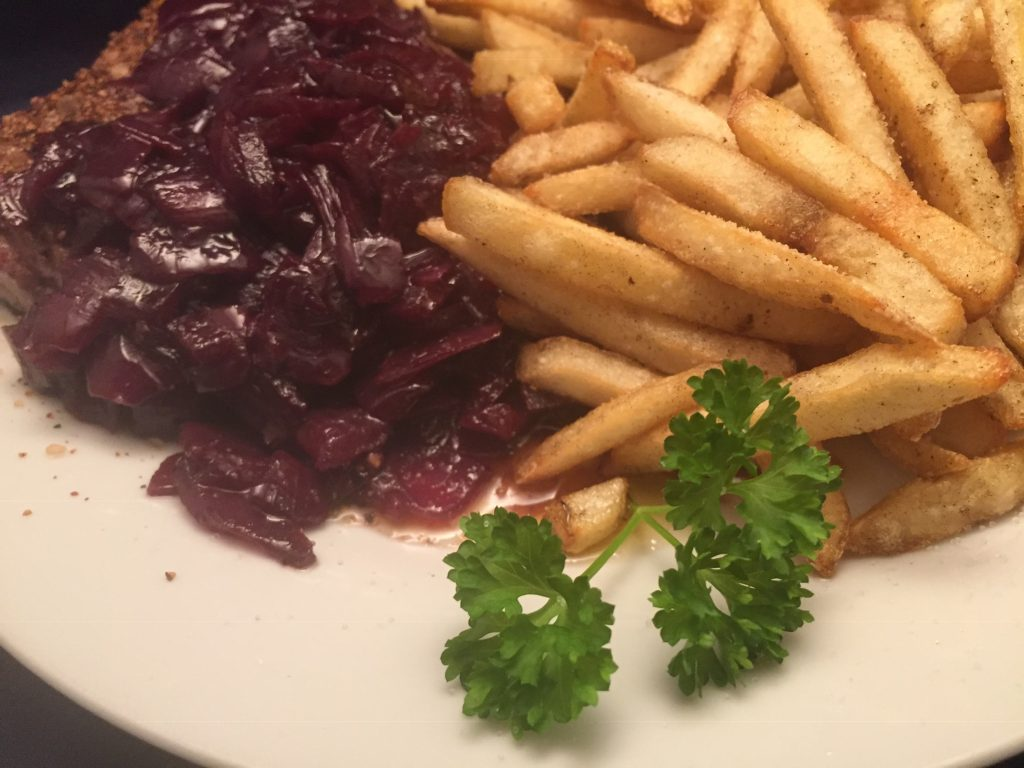 Filet-Steaks mit Zwiebel-Marmelade und Pommes Frites