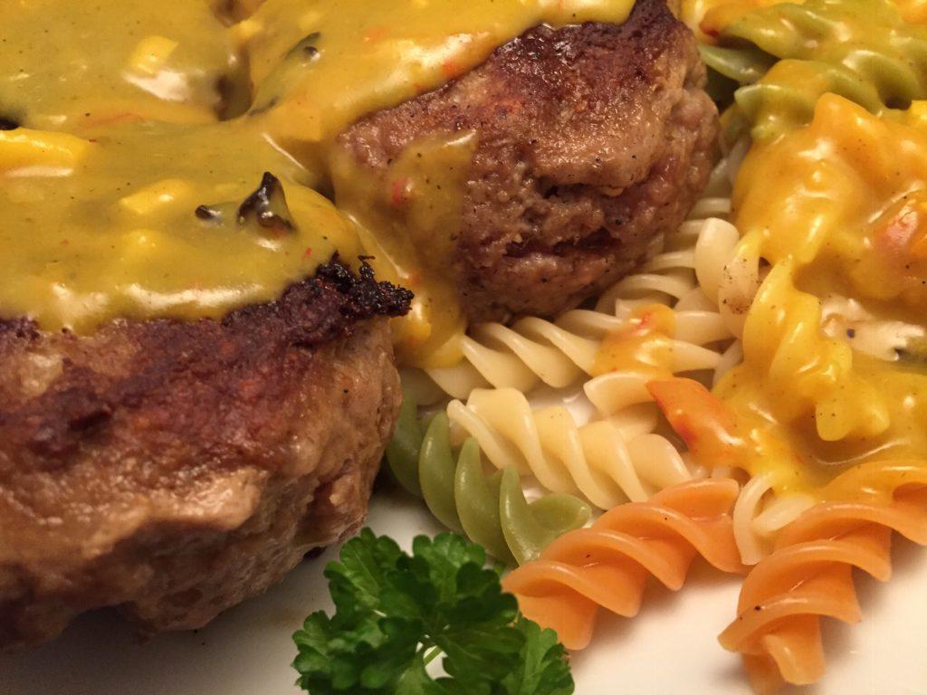Frikadellen und Efiche tricolore mit Curry-Sauce