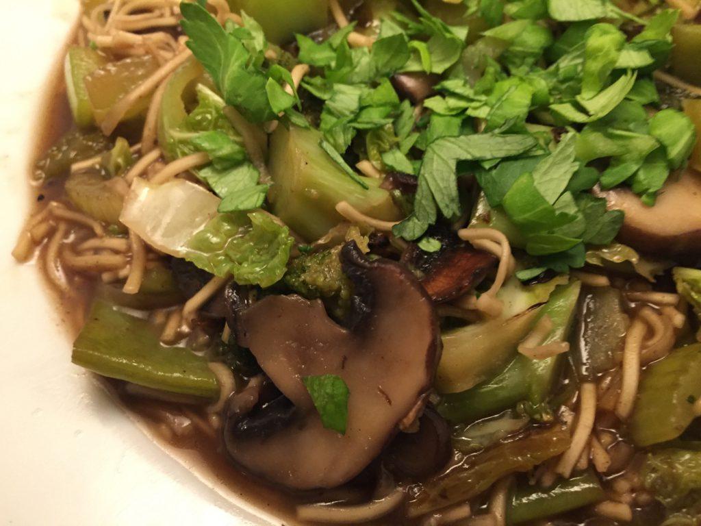 Gemüse und Wok-Nudeln asiatisch