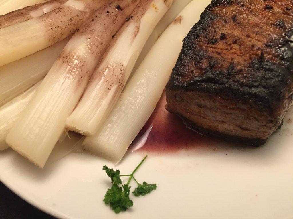 Irisches Beefsteak und Spargel in Rotwein-Sauce