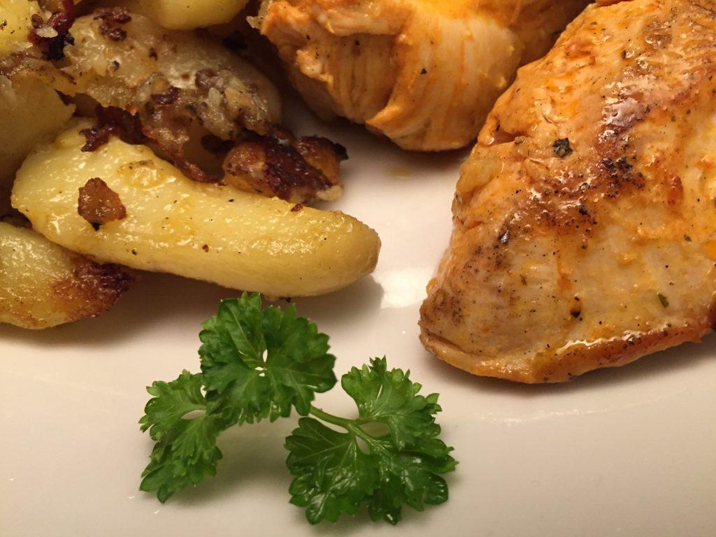 Hähnchenbrustfilets und Kartoffelspalten