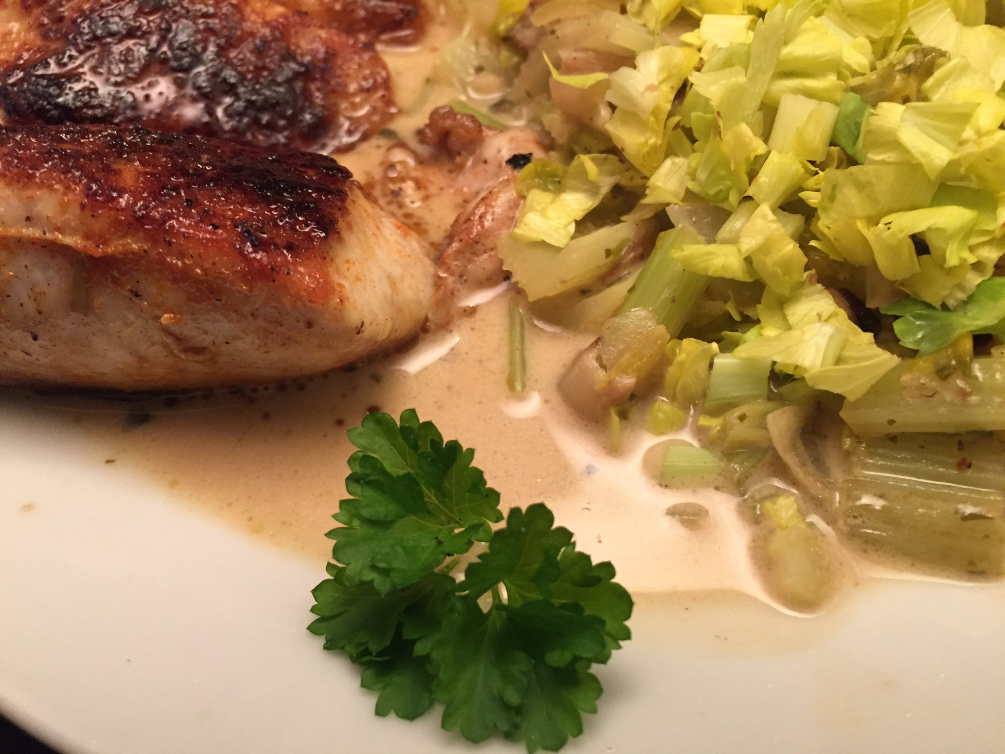 Putensteaks und Stangensellerie-Gemüse in weißer Sauce