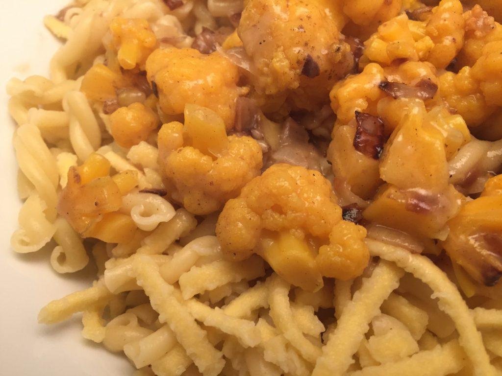 Oranger-Blumenkohl-Ragout mit Pasta