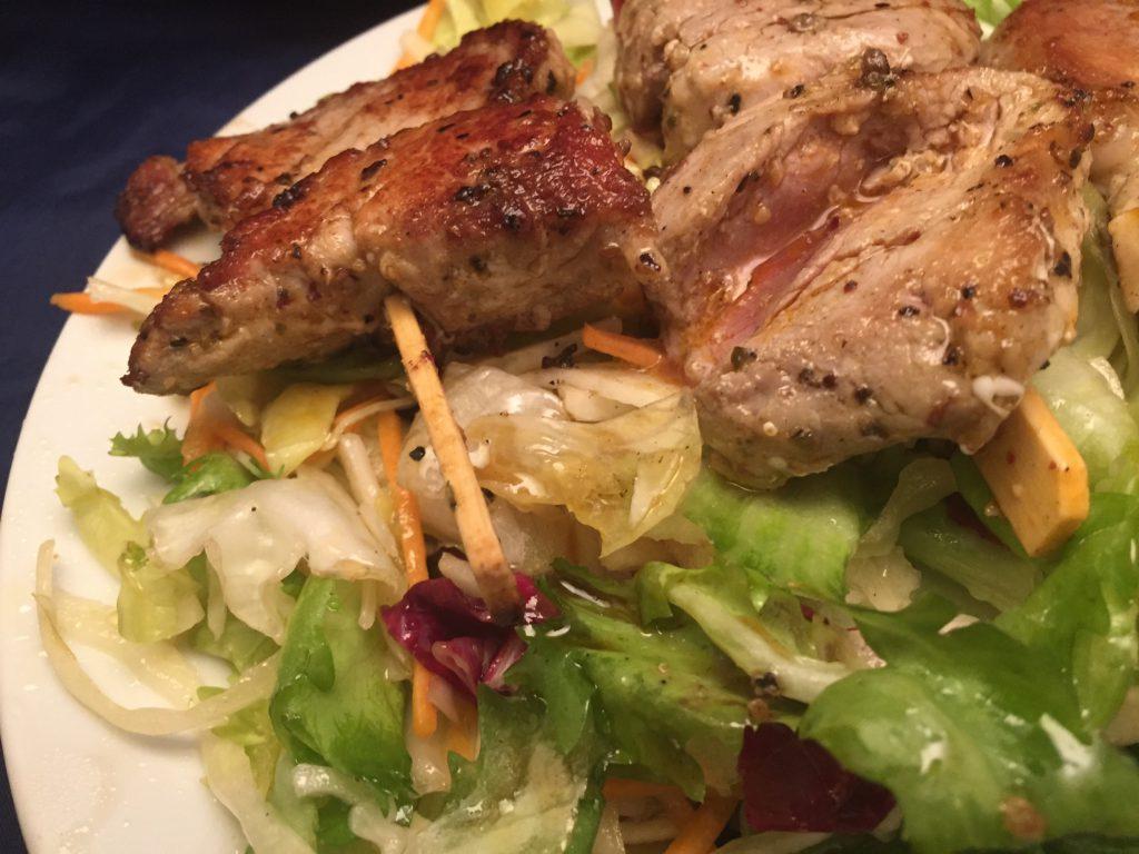 Filet-Spieße auf gemischtem Salat-Bett