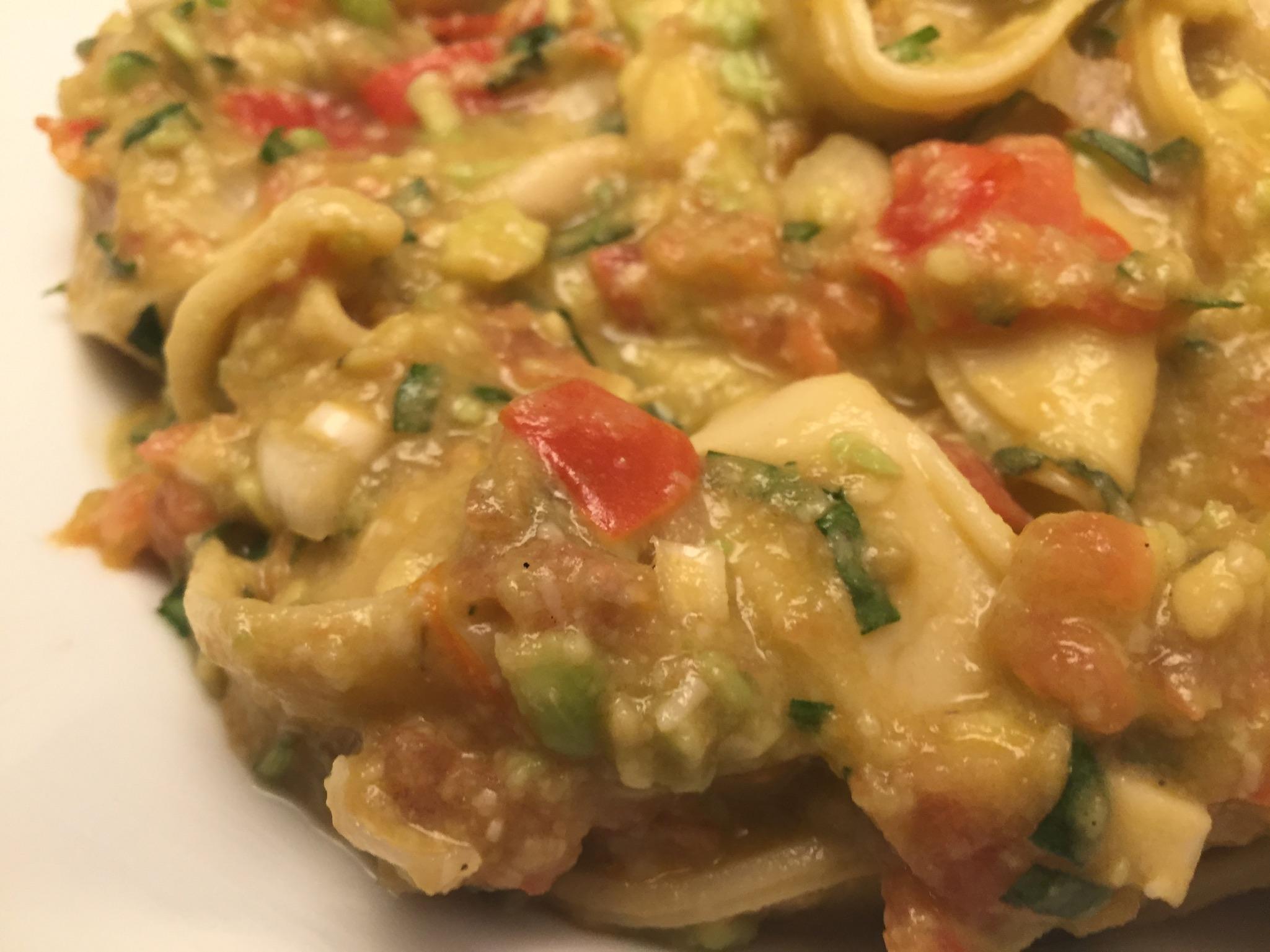 Tortellini mit Avocado-Tomate-Estragon-Pesto