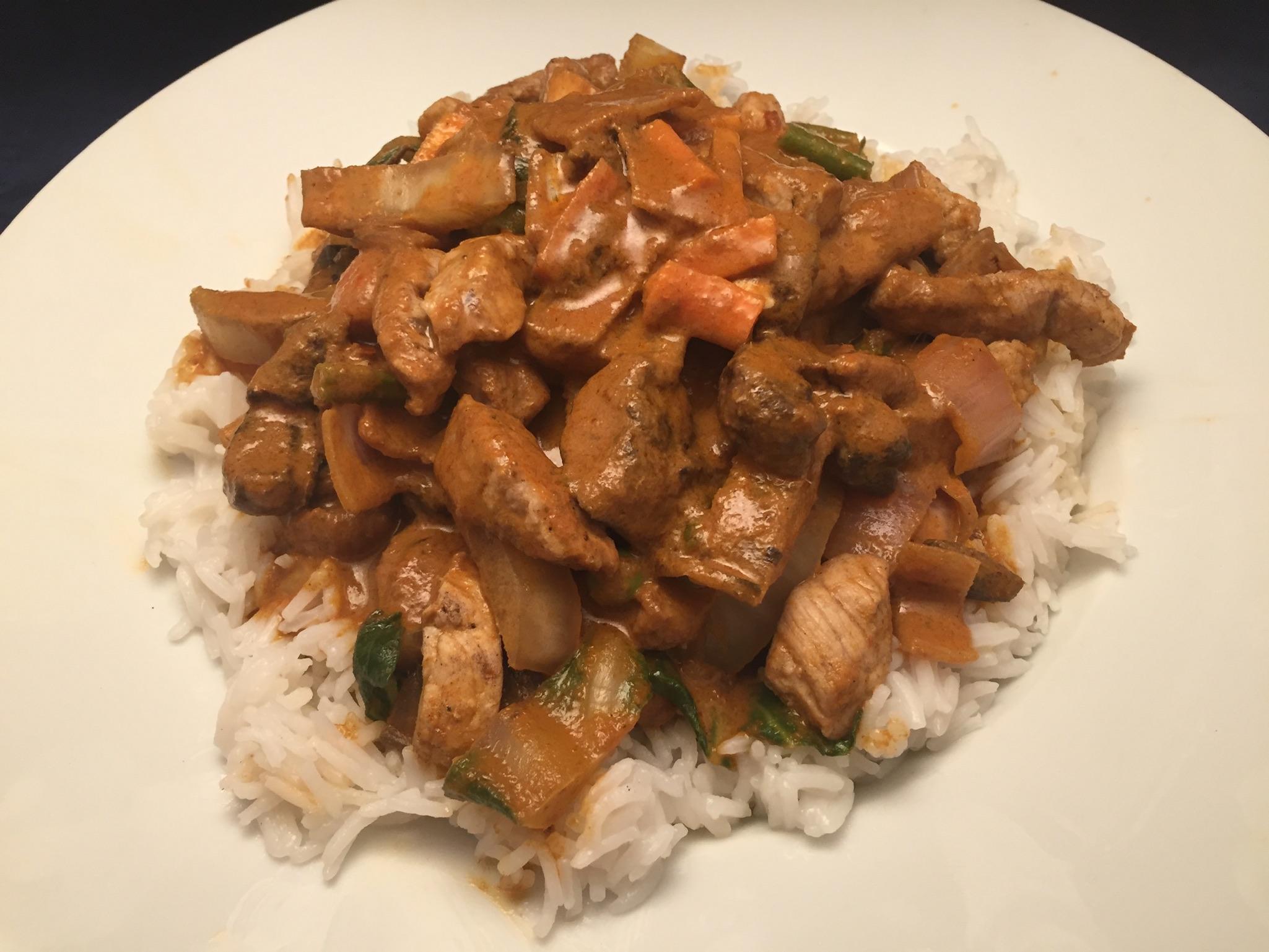 Schweinefleisch, Gemüse und Basmati-Reis in rotem Thai-Curry