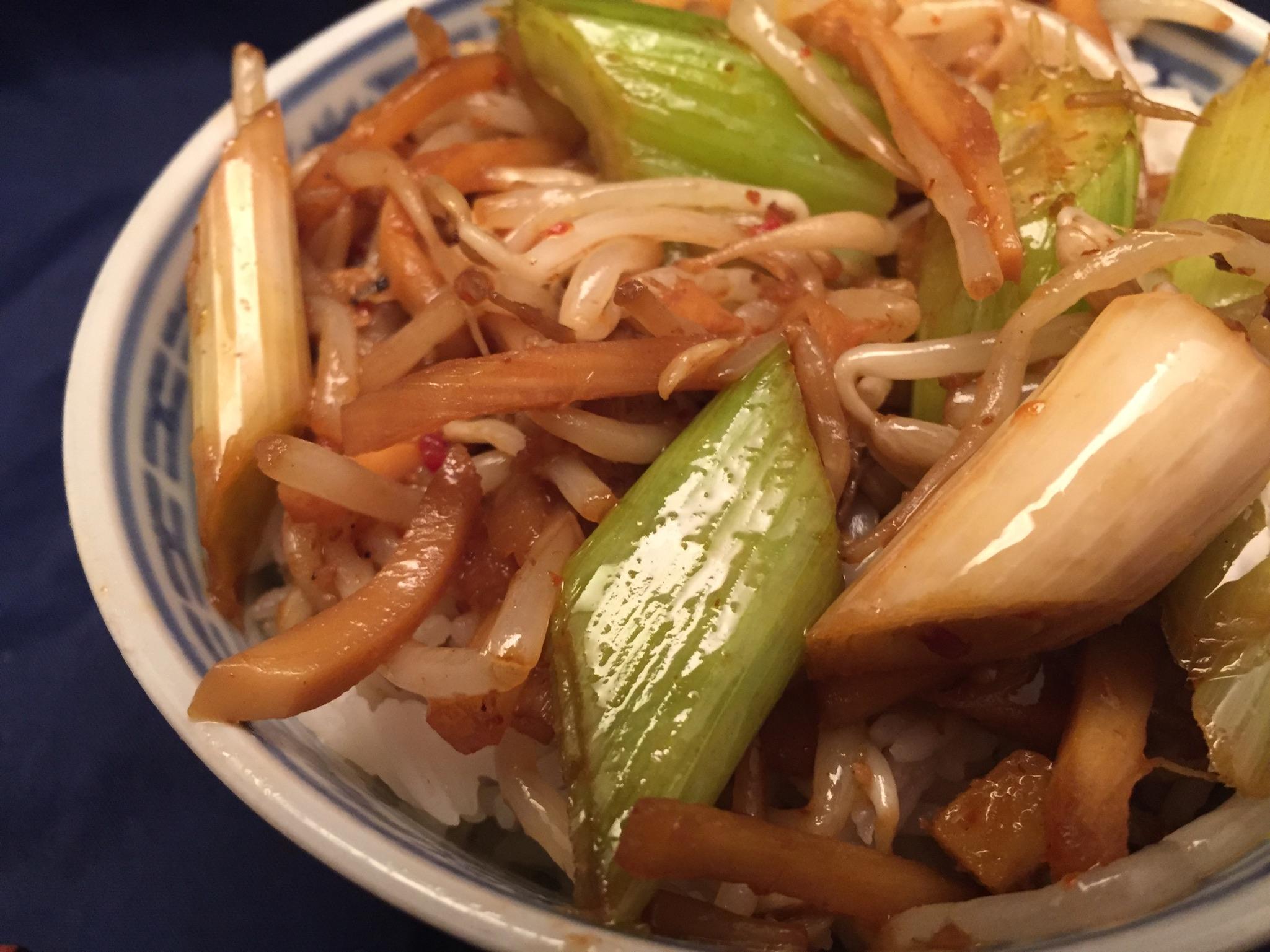 Gemüse, Basmati-Reis und Chili-Sauce