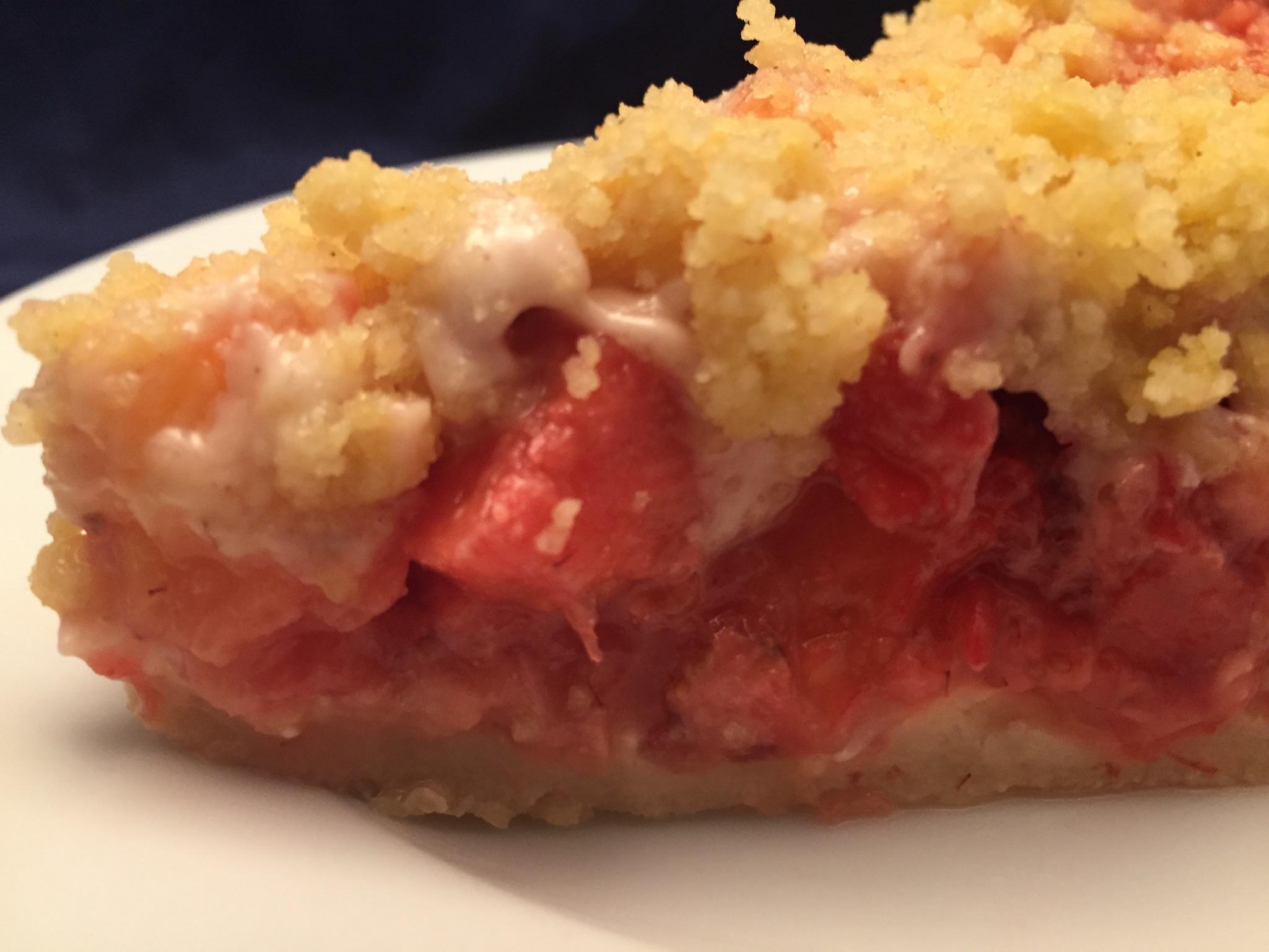 Gedeckter Ananas-Erdbeer-Kuchen
