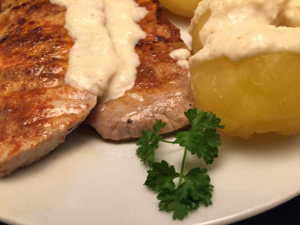 Schweineschnitzel, Salzkartoffeln und Meerrettich-Sauce