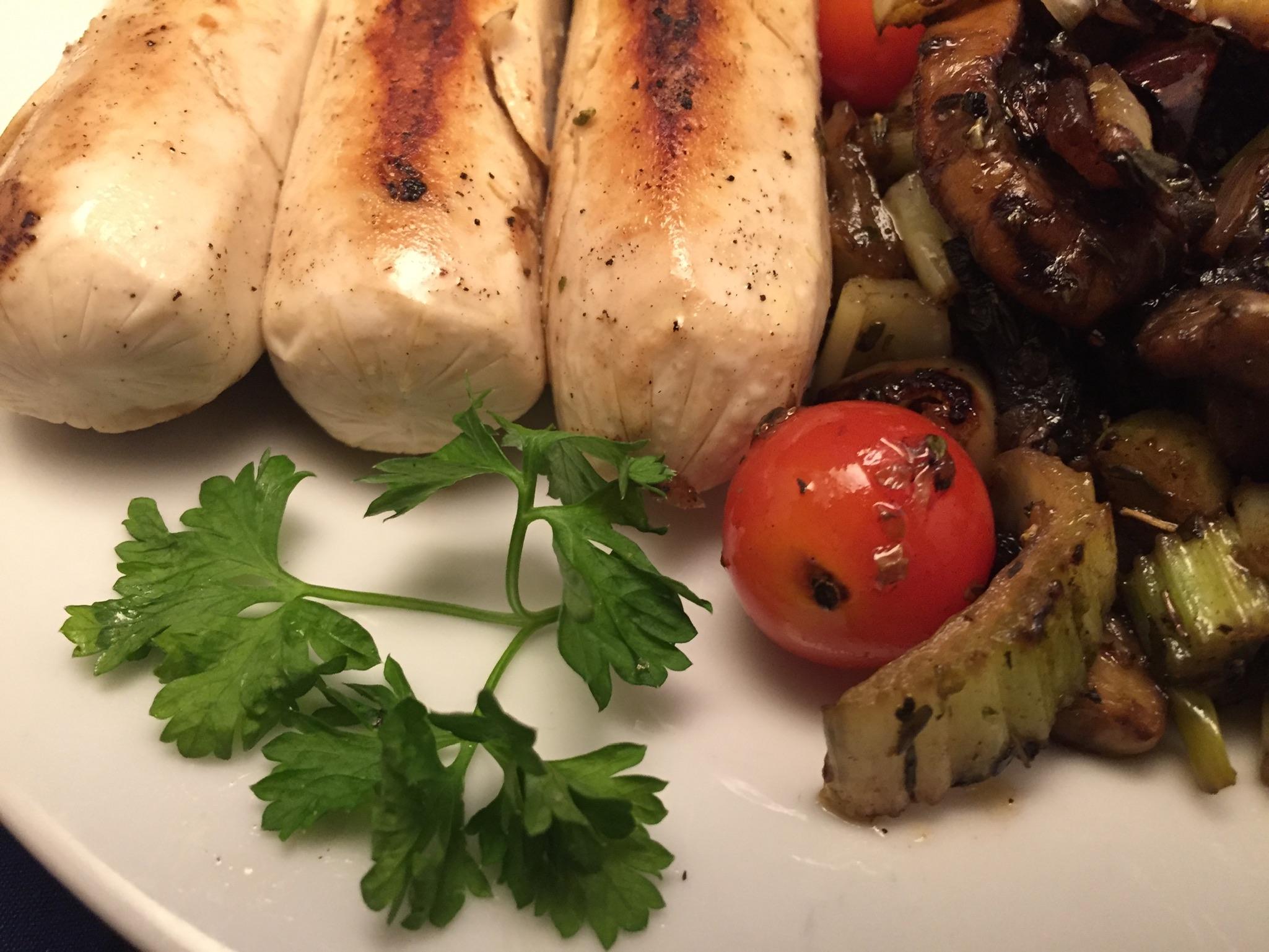 Vegetarische Bratwürste mit mediterranem Gemüse