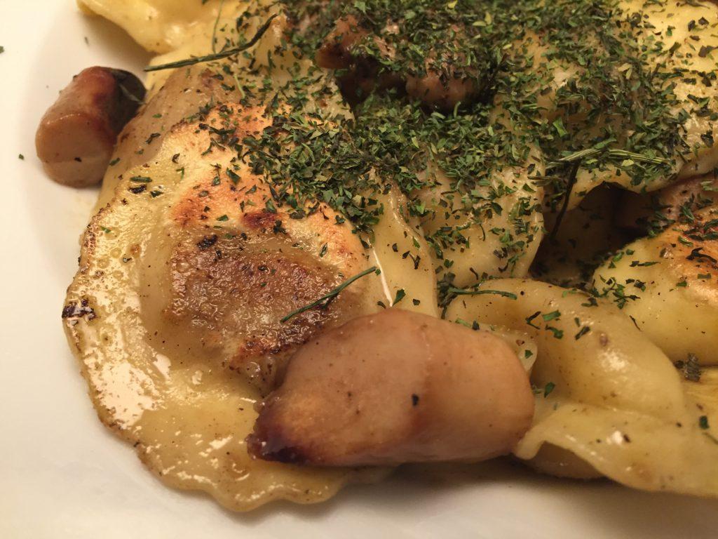 Frische, gefüllte Pasta mit Kräutersaitlingen