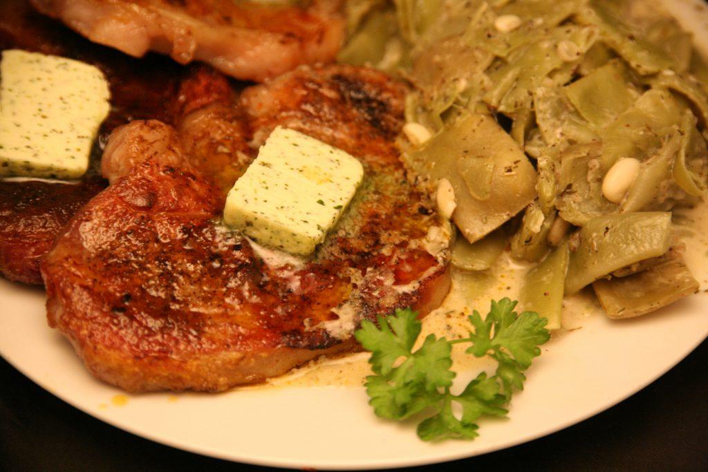 Schweine-Nackensteaks mit Bohnengemüse