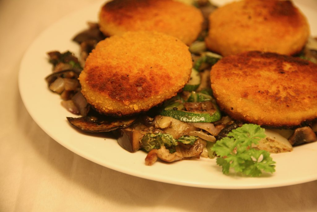 Fischburger auf mediterranem Gemüse-Bett