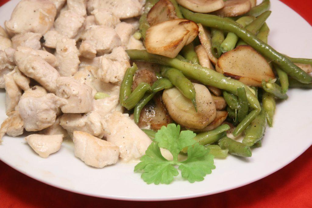 Hähnchen-Geschnetzeltes in Weißwein-Sauce mit Bohnen-Pilz-Gemüse