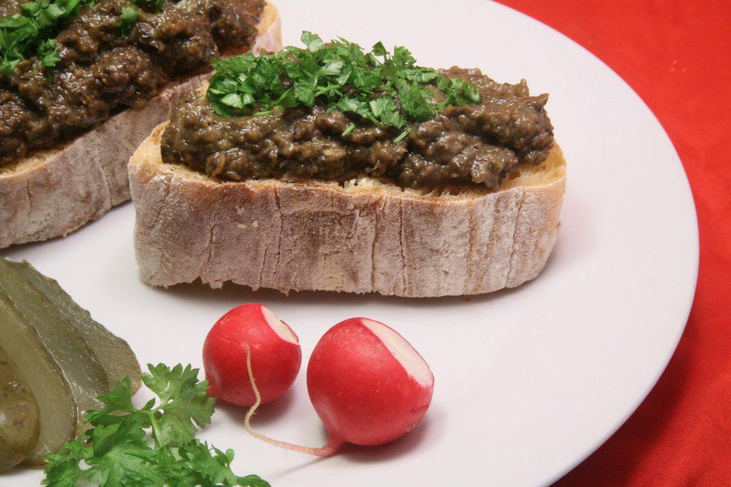 Brot-Aufstrich mit Avocado, Olive und Aubergine