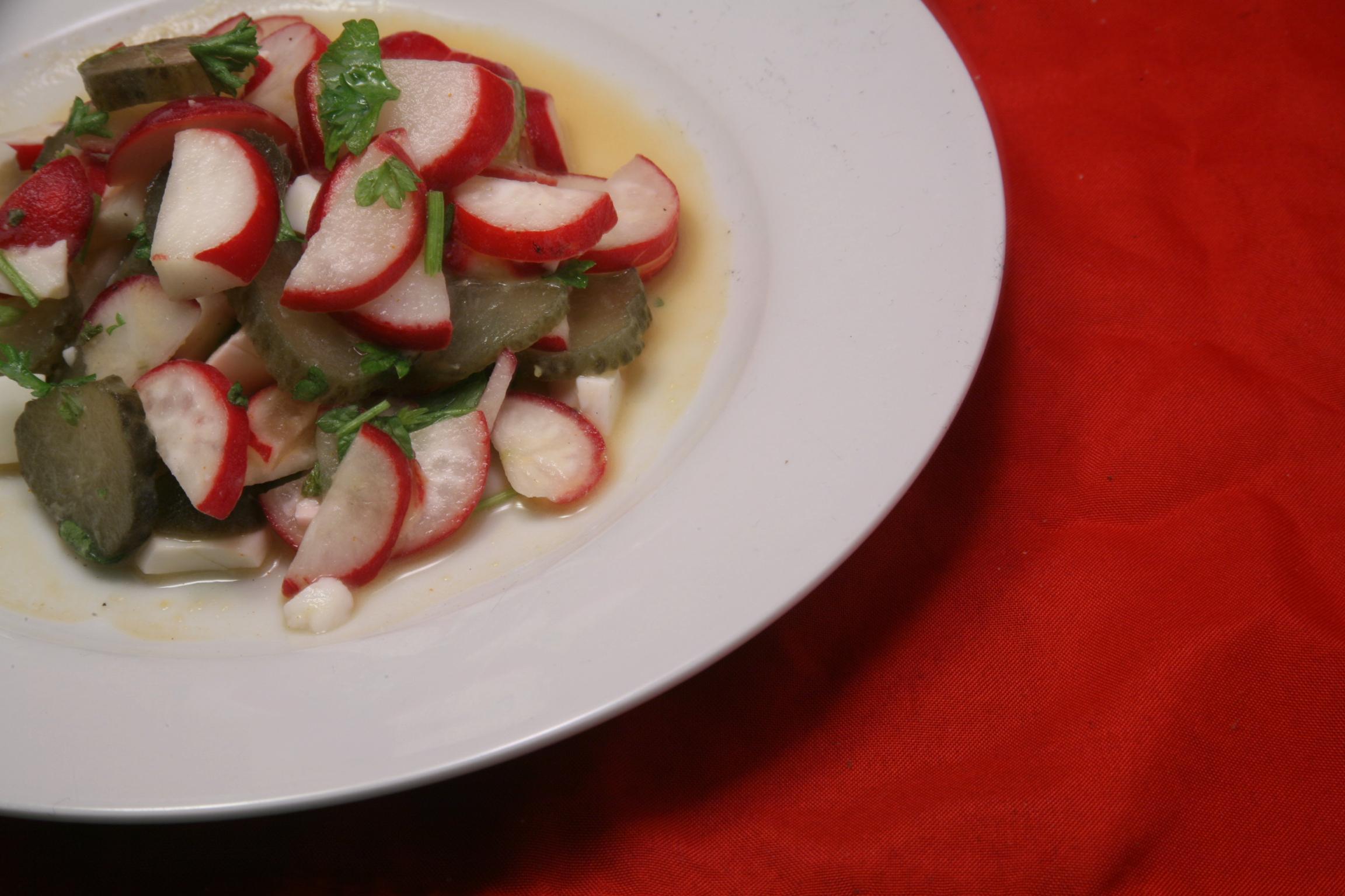 Salat mit Radieschen, Gewürzgurken und Eiern