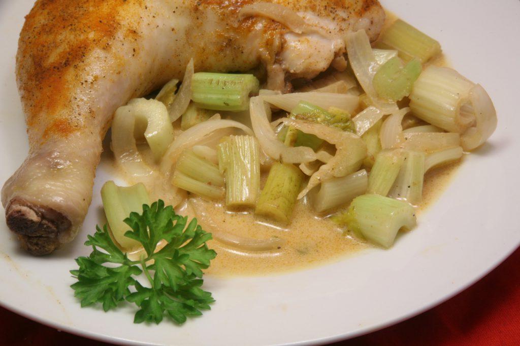 Hähnchenschenkel mit Sellerie-Zwiebel-Gemüse