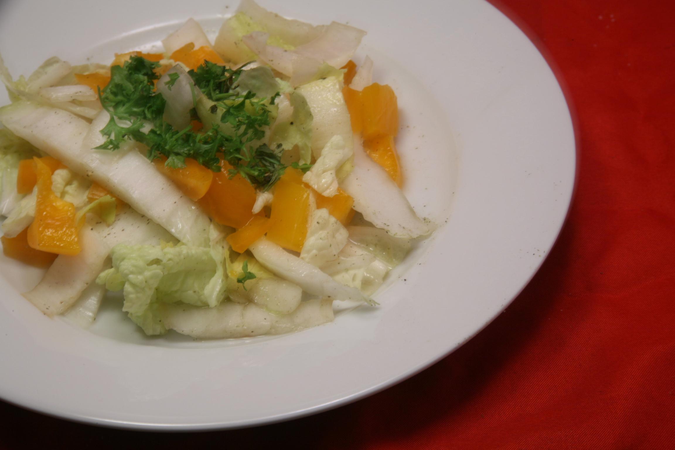 Salat mit Chicorée, Paprika und Chinakohl