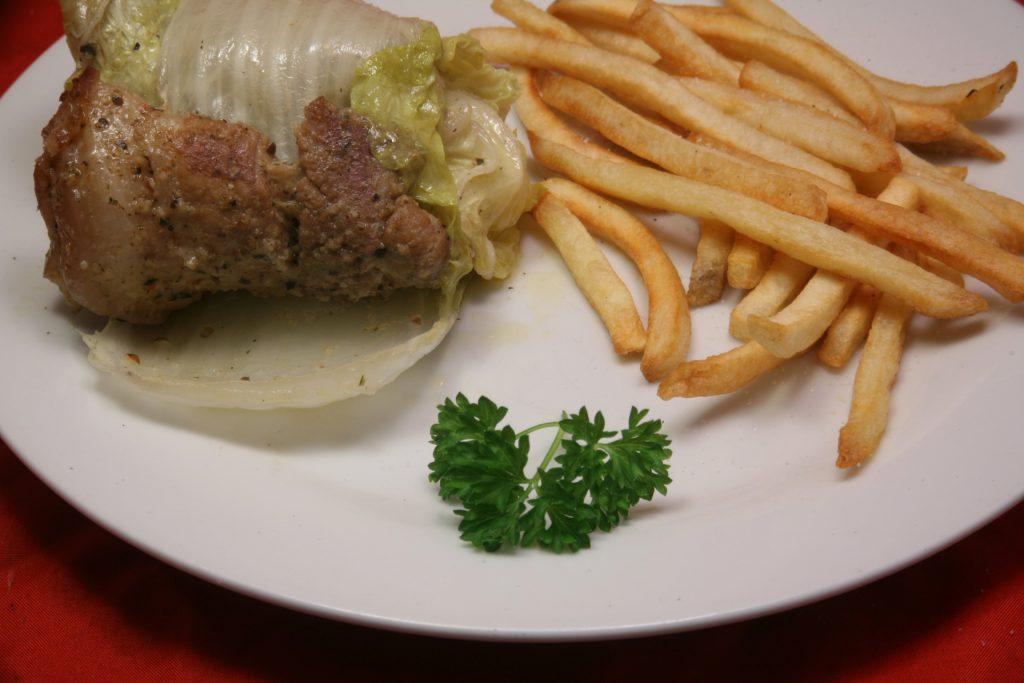 Schweinebauch-Röllchen mit Pommes frites