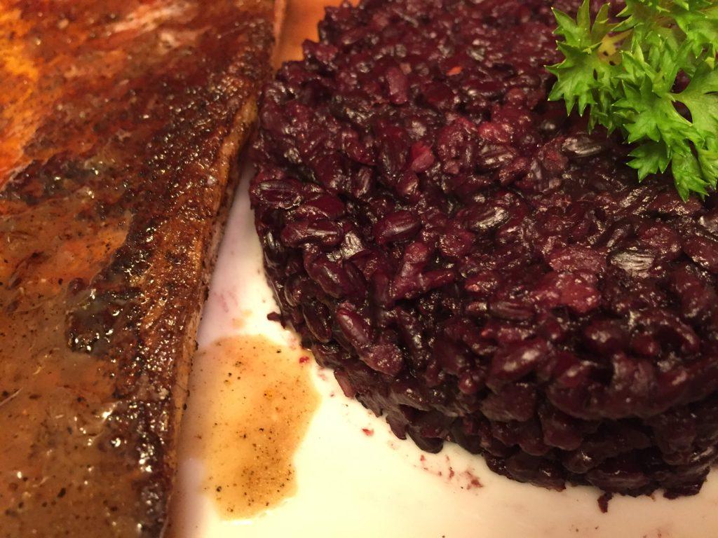 Zanderfilet in Limetten-Sauce mit schwarzem Reis