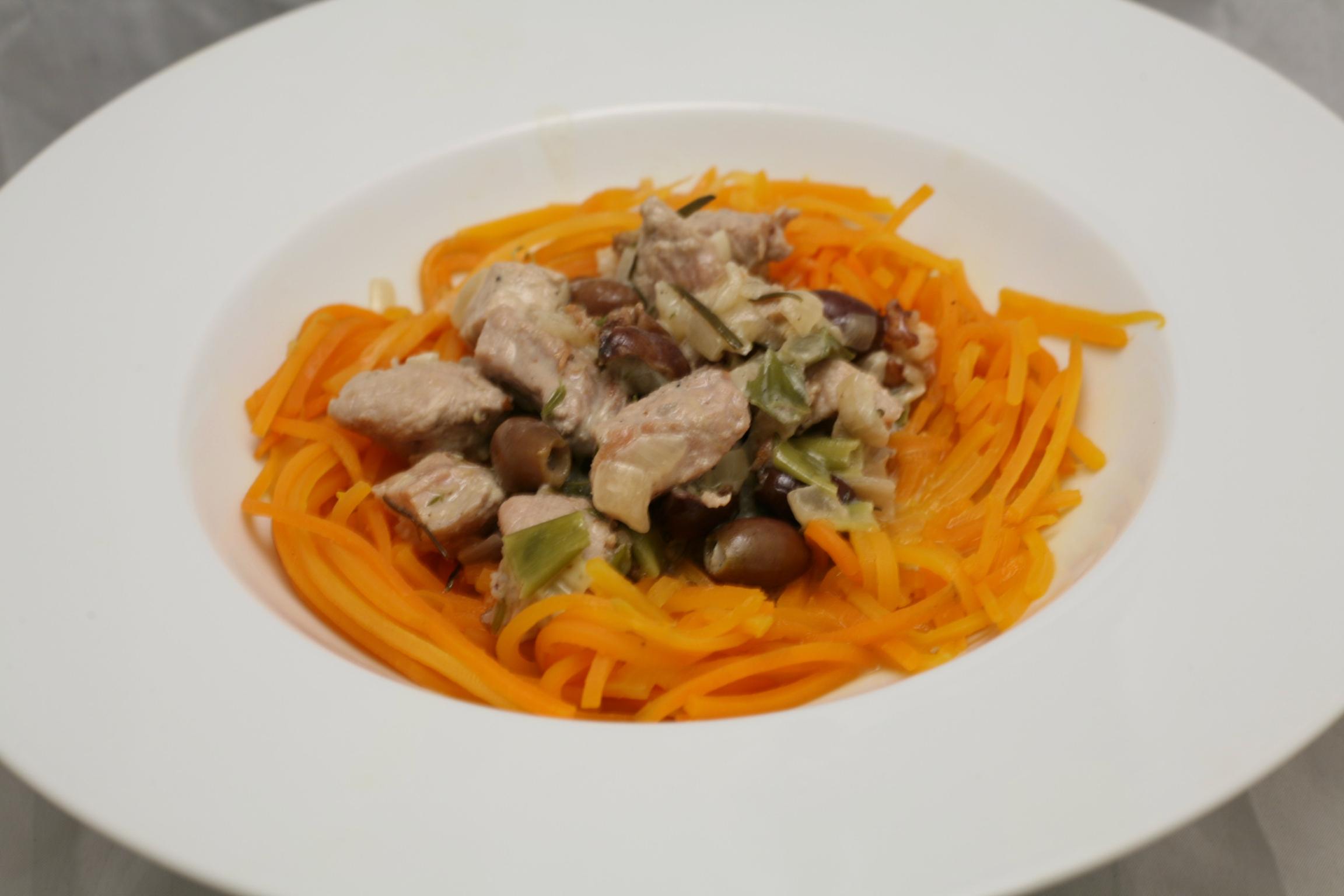 Schweine-Gulasch mit Wurzel-Spaghetti in Weißwein-Sahne-Sauce