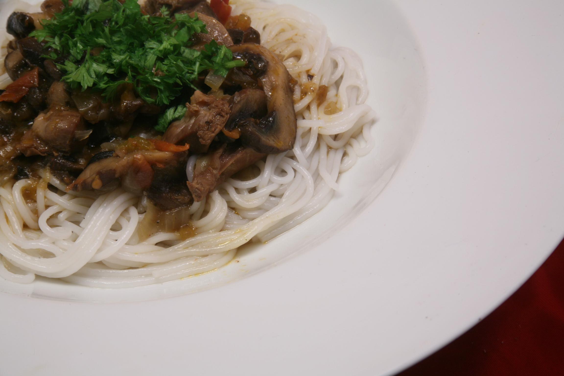 Hähnchenmägen-Champignons-Ragout mit Reisnudeln
