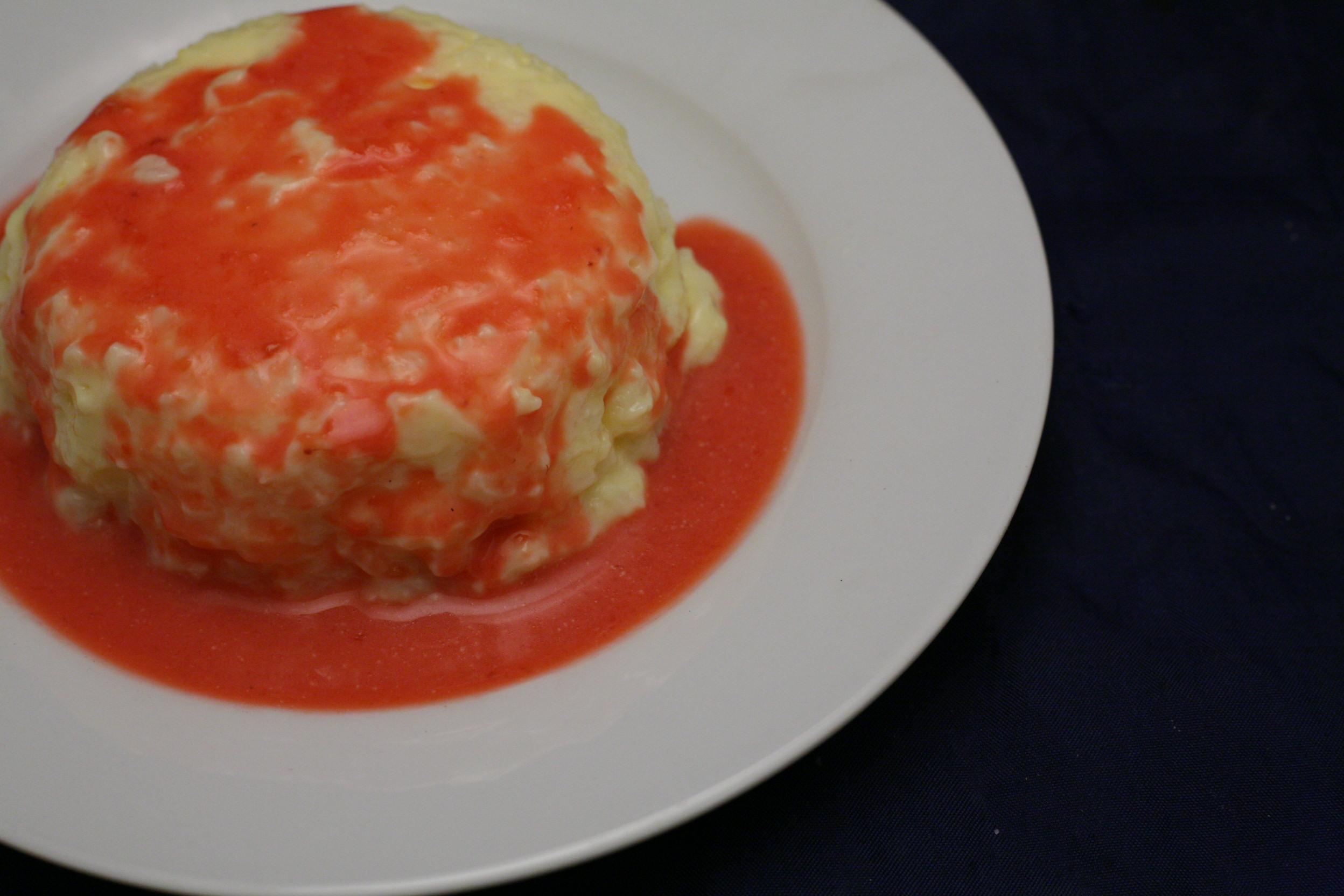 Milchreis-Pudding mit heißer Himbeer-Sauce
