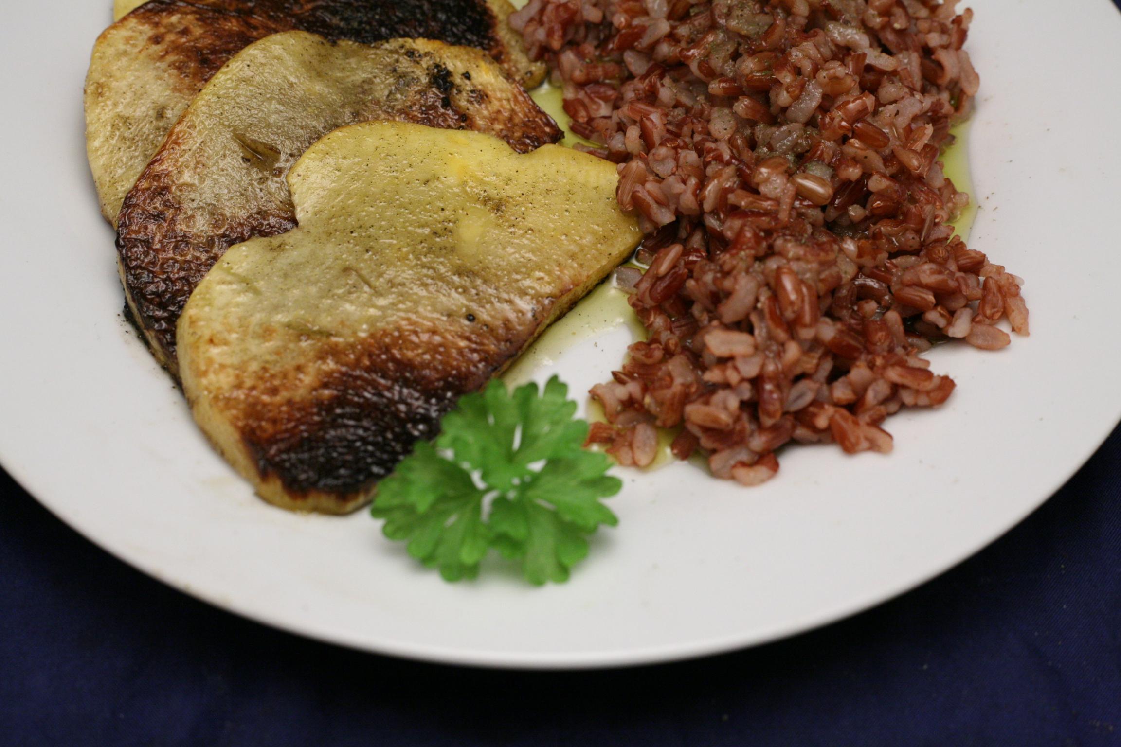 Gebratene Steckrüben-Scheiben mit rotem Vollkorn-Reis