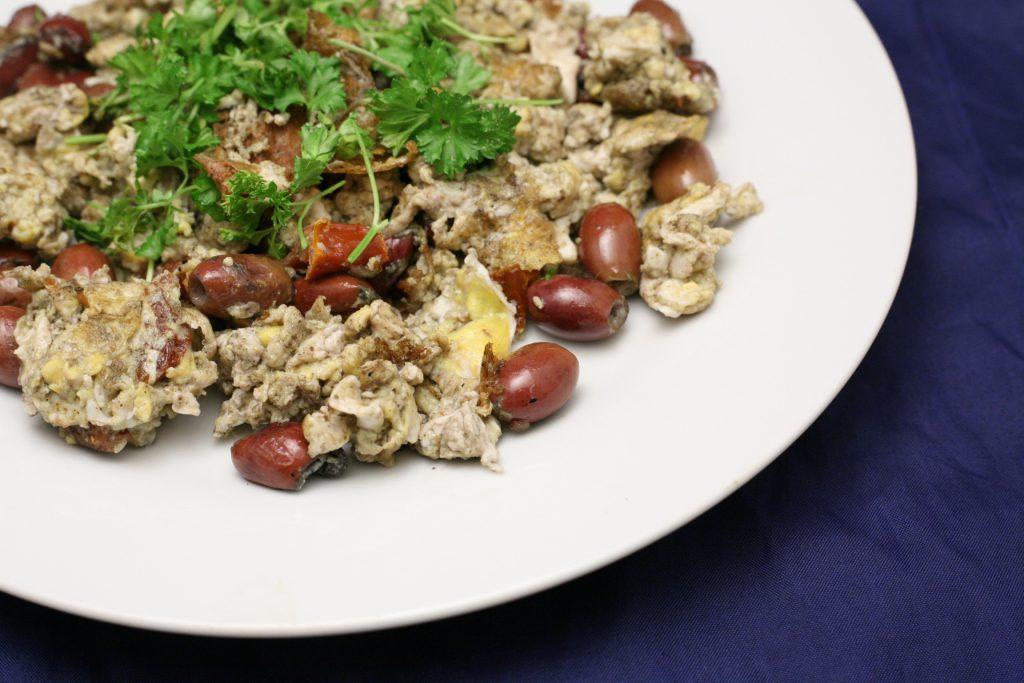 Eier mit Oliven und eingelegten Tomaten