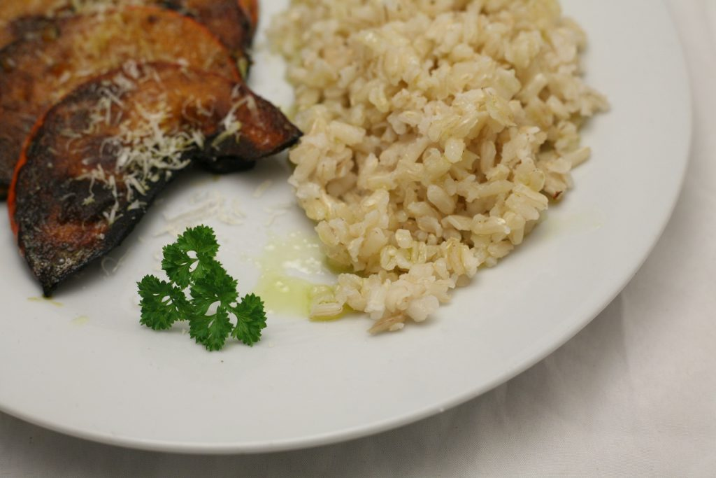 Gebratene Kürbisscheiben mit Vollkorn-Reis