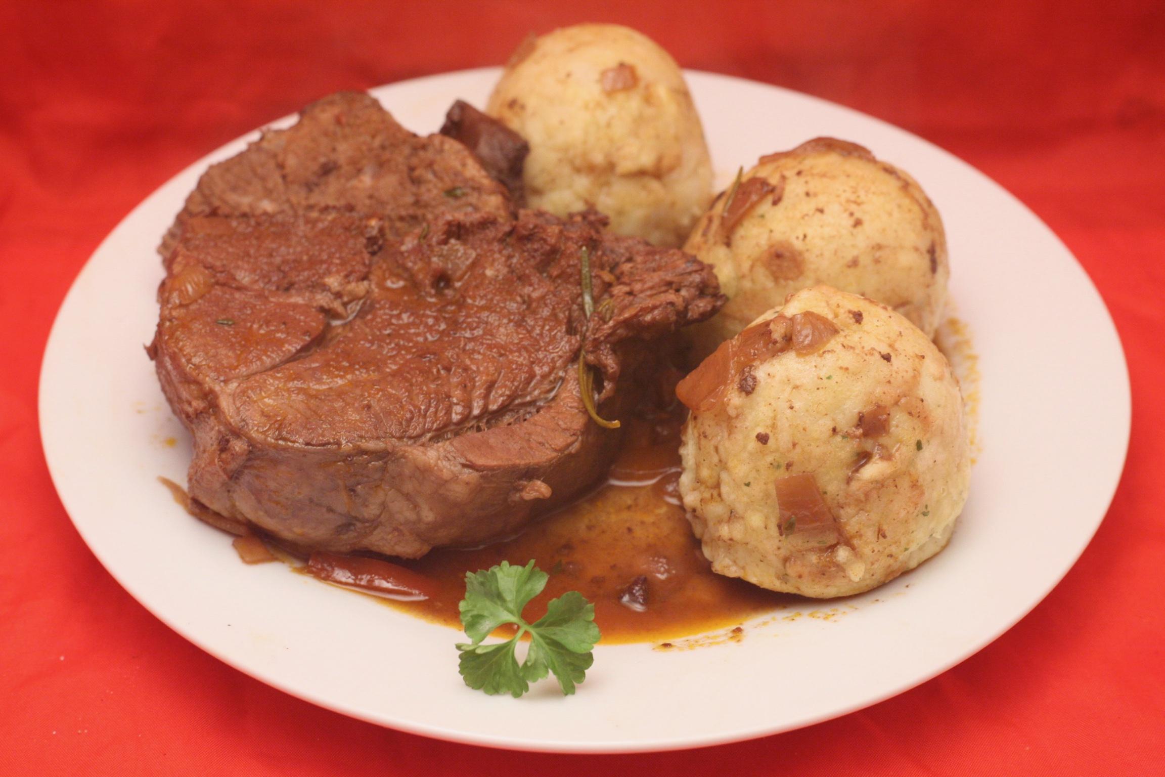 Lammkeule mit Semmelknödel in Rotwein-Sauce
