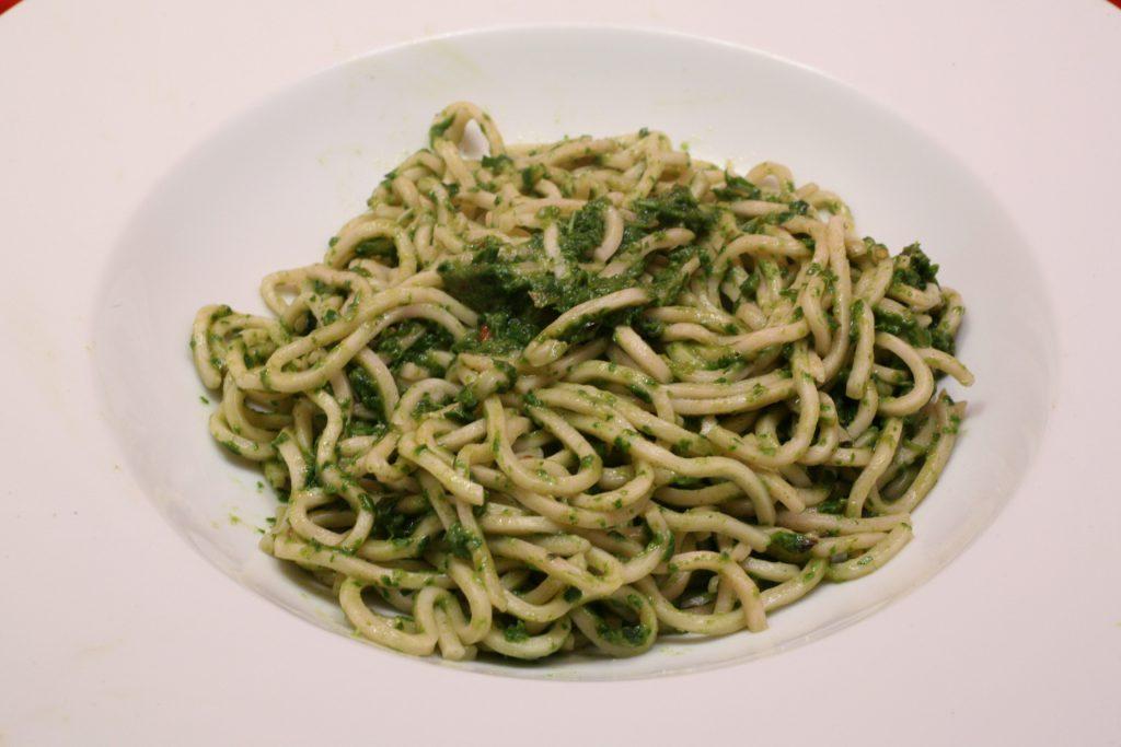 Mi-Nudeln mit Rucola-Tomaten-Pesto