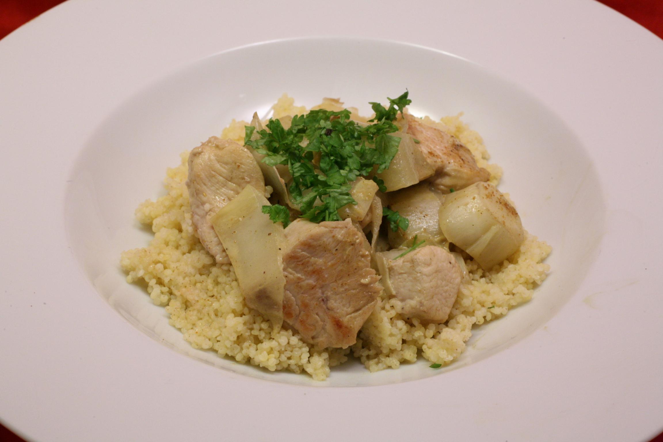 Hähnchenbrustfilet mit Chicorée in Curry-Sauce mit Hirse
