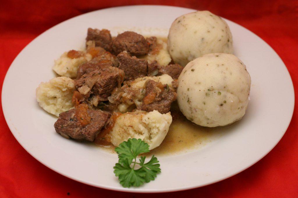 Bier-Gulasch mit Kartoffelklößen